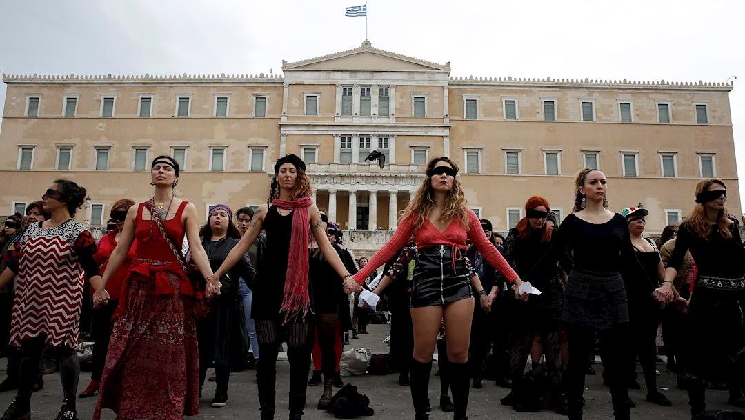 Foto: Cientos de mujeres interpretan 'Un violador en tu camino' en Atenas, 22 diciembre 2019