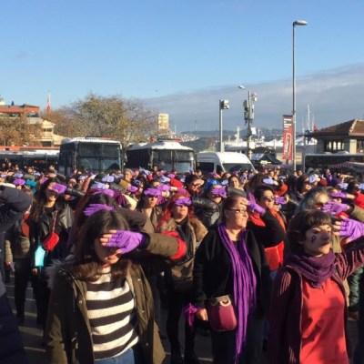 Tras ser detenidas, mujeres corean 'Un violador en tu camino' en Estambul