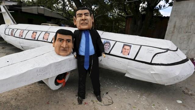 """Fotografía de las figuras del presidente de Honduras, Juan Orlando Hernández (d), y a su hermano Juan Antonio """"Tony"""" Hernández, 29 diciembre 2019"""