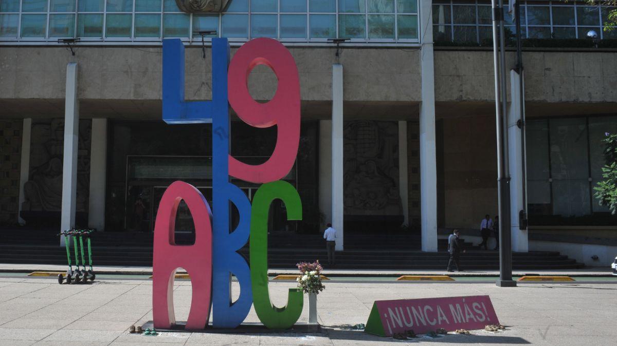 Foto: Antimonumento 49 ABC instalado frente a las oficinas del IMSS en la Ciudad de México. Cuartoscuro