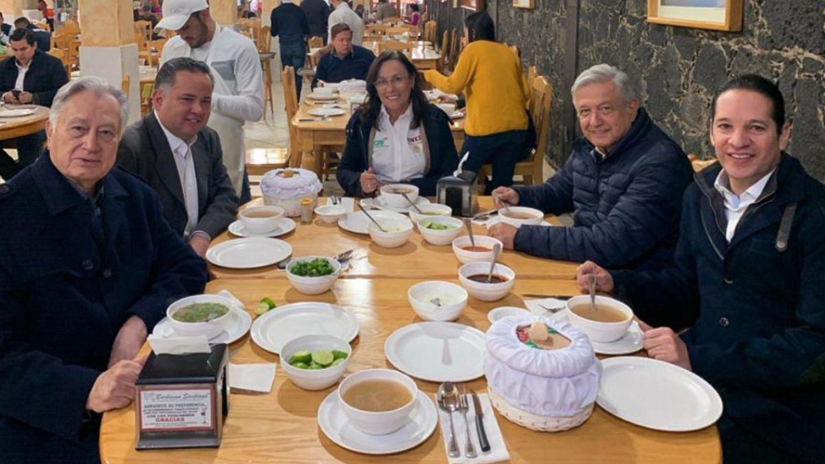 Foto: Manuel Bartlett, Santiago Nieto, Rocío Nahle, Andrés Manuel López Obrador y Francisco Domínguez comen barbacoa en Querétaro.