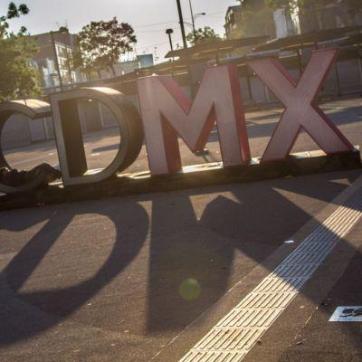 Foto: Un hombre duerme en las letras de la CDMX. Cuartoscuro