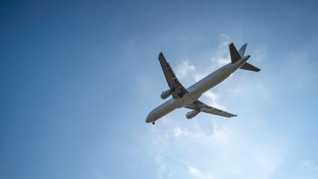 Foto: Un avión volando. Getty Images/Archivo
