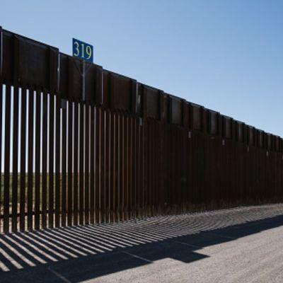 Demócratas y republicanos pactan otros mil 375 mdd para muro de Trump
