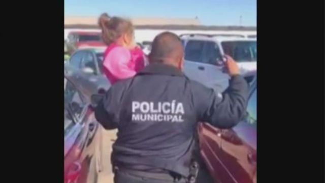 Rescatan a niña encerrada en auto