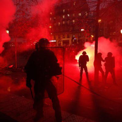Francia protesta contra reforma de pensiones, se desatan disturbios en París