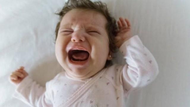 Ignorar llanto del bebé para que duerma aumenta su estrés