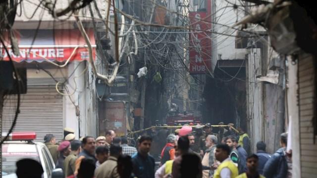 Foto: Policías acordonan el área donde se registró un incendio en Nueva Delhi, India, 8 diciembre 2019
