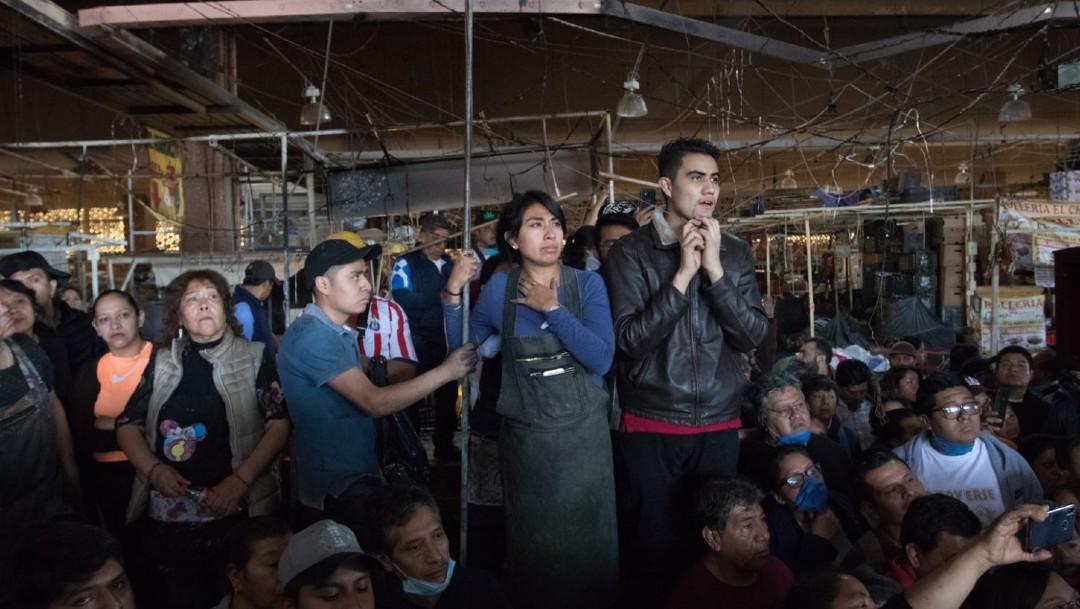 Foto: Con tristeza, nostalgia e ira en sus rostros, locatarios de este mercado se acercaron la mañana de este jueves a la zona del siniestro, con el objetivo de rescatar algunas de sus pertenencias y comenzar la remoción de escombros