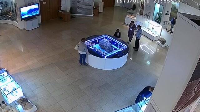 Foto: Vitrina que cubre un meteorito 'levita' repentinamente en el museo, 20 diciembre 2019