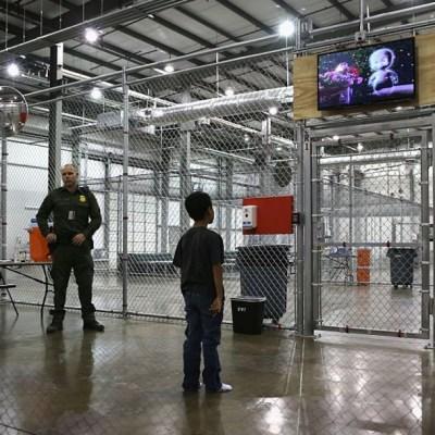 Gobierno de EE.UU. insiste en detener indefinidamente a niños migrantes