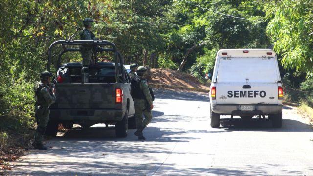 Elementos del Ejército y personal del Semefo en Guerrero.