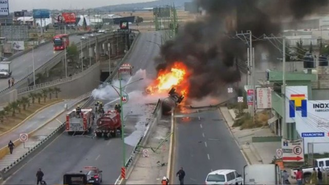 En la carretera México-Pachuca se registró la volcadura e incendio de una pipa, 23 diciembre 2019