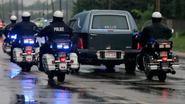 Foto: Un coche fúnebre traslada el cuerpo sin vida de un oficial en Arkansas,