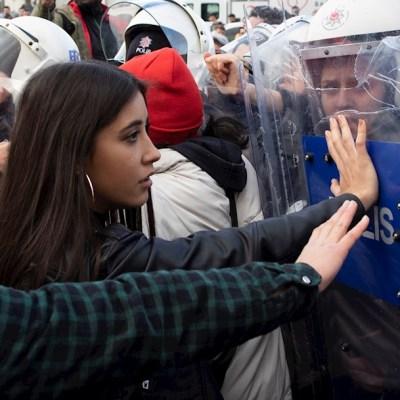 Policía dispersa a mujeres que cantaban 'Un violador en tu camino' en Estambul