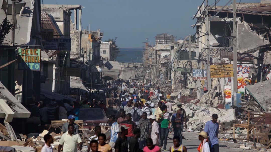 Foto: Haitianos damnificados caminan por las calles entre los escombros de edificios derrumbados, 6 diciembre 2019