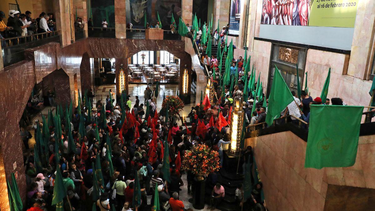 Foto: Movimientos campesinos protestan dentro del Palacio de Bellas Artes. AP