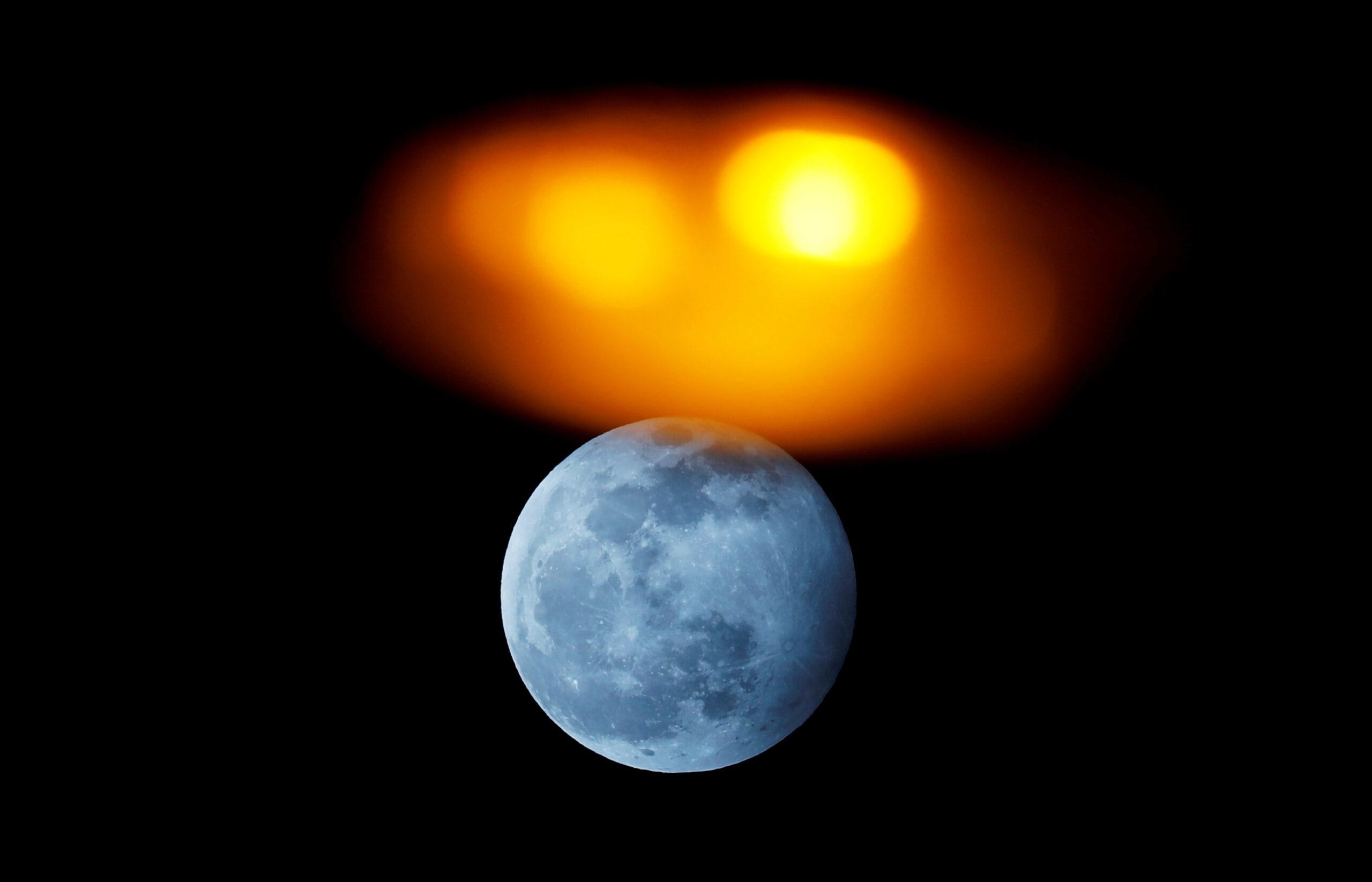 Foto: La Luna llena sube atrás de una luminaria de la calle en Ronda, España, 09 de enero de 2020, (Reuters)
