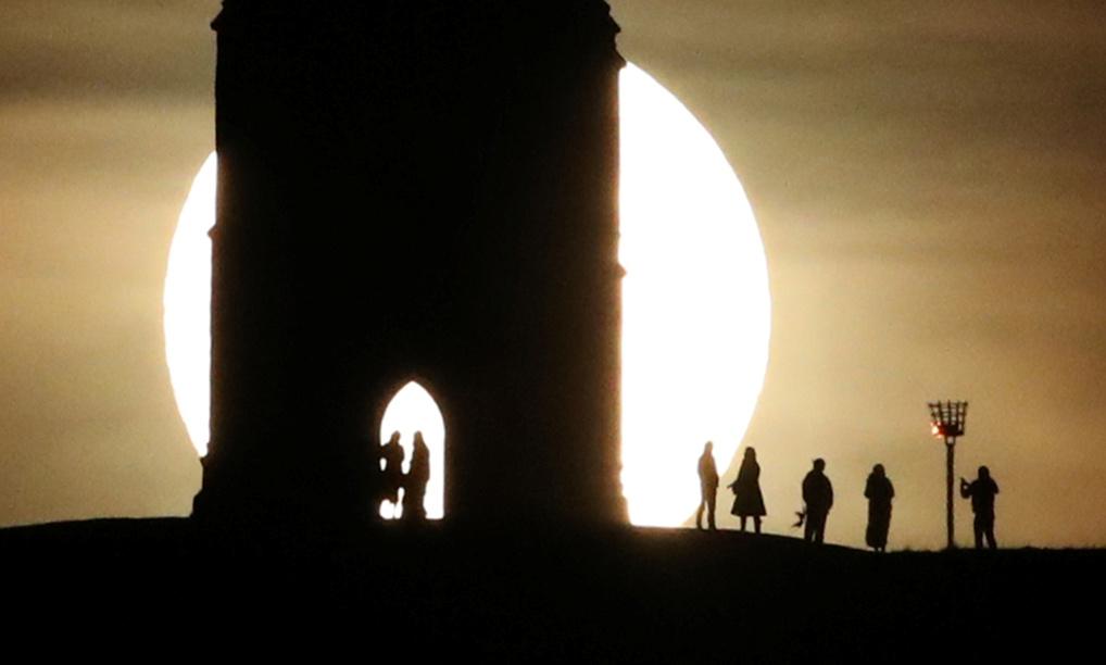 Foto: La Luna llena emerge detrás de la mítica torre de Glastonbury, Reino Unido, 09 de enero de 2020, (Reuters)