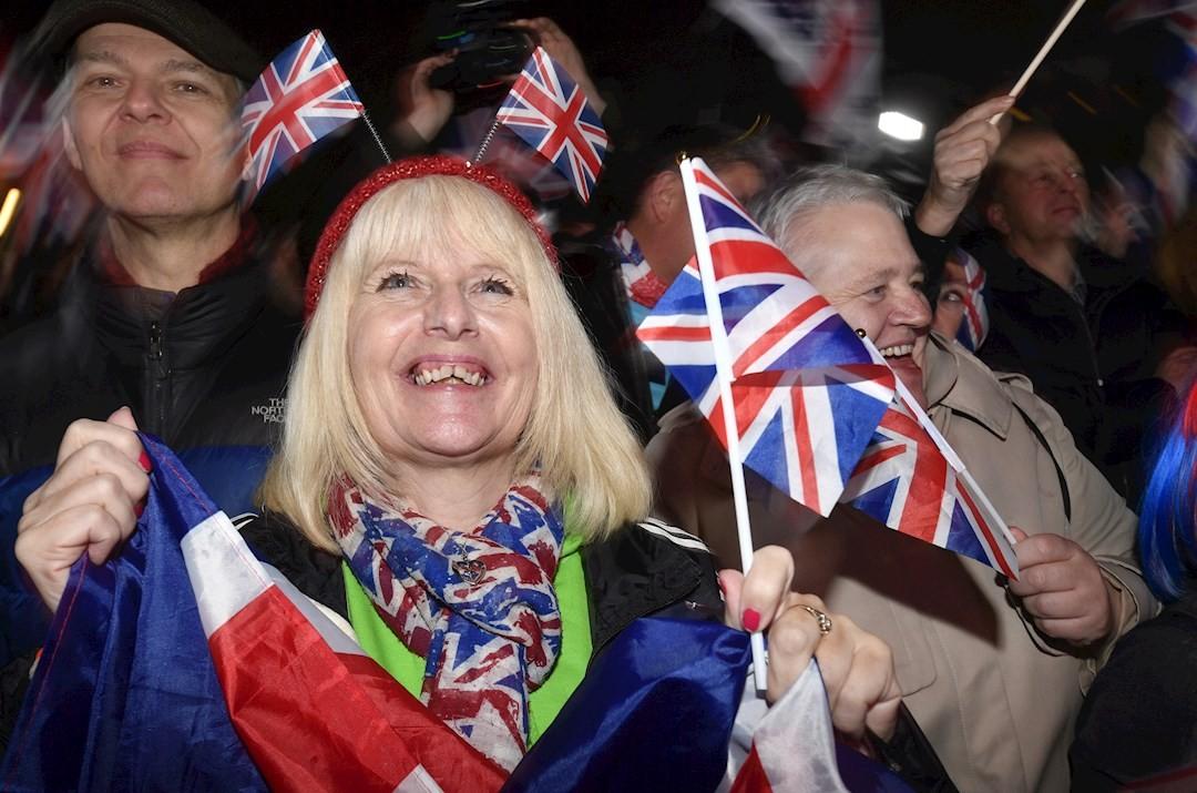 Foto: Ondeando la Bandera del Reino Unido celebran el Brexit, 31 de enero de 2020, (EFE)
