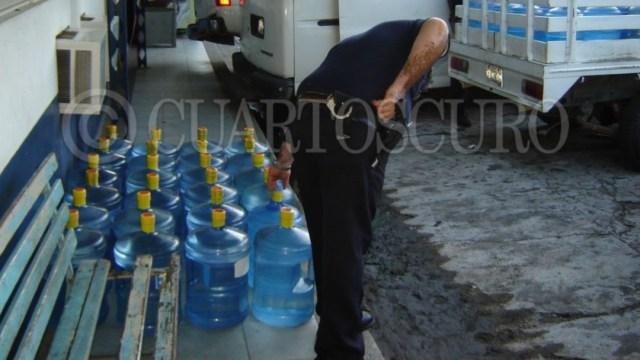 Imagen: La escasez de este recurso en la demarcación ha ocasionado que los habitantes recurran a las 'purificadoras', mismas que fueron señaladas como deficientes en el proceso y tratamiento del mismo