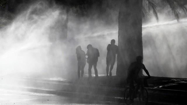 Foto: Manifestantes en Chile lanzan gas lacrimógeno en una misa en la catedral de Santiago (Noticieros Televisa)