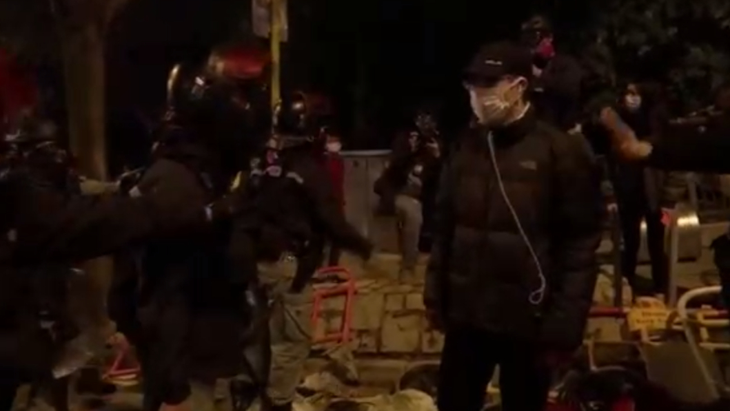 FOTO: Tiran bombas molotov a edificio hongkonés para afectados por coronavirus, el 26 de enero de 2020