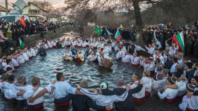 FOTO: Miles se sumergen a heladas aguas de ríos y lagos para celebrar Epifanía, el 06 de enero de 2020