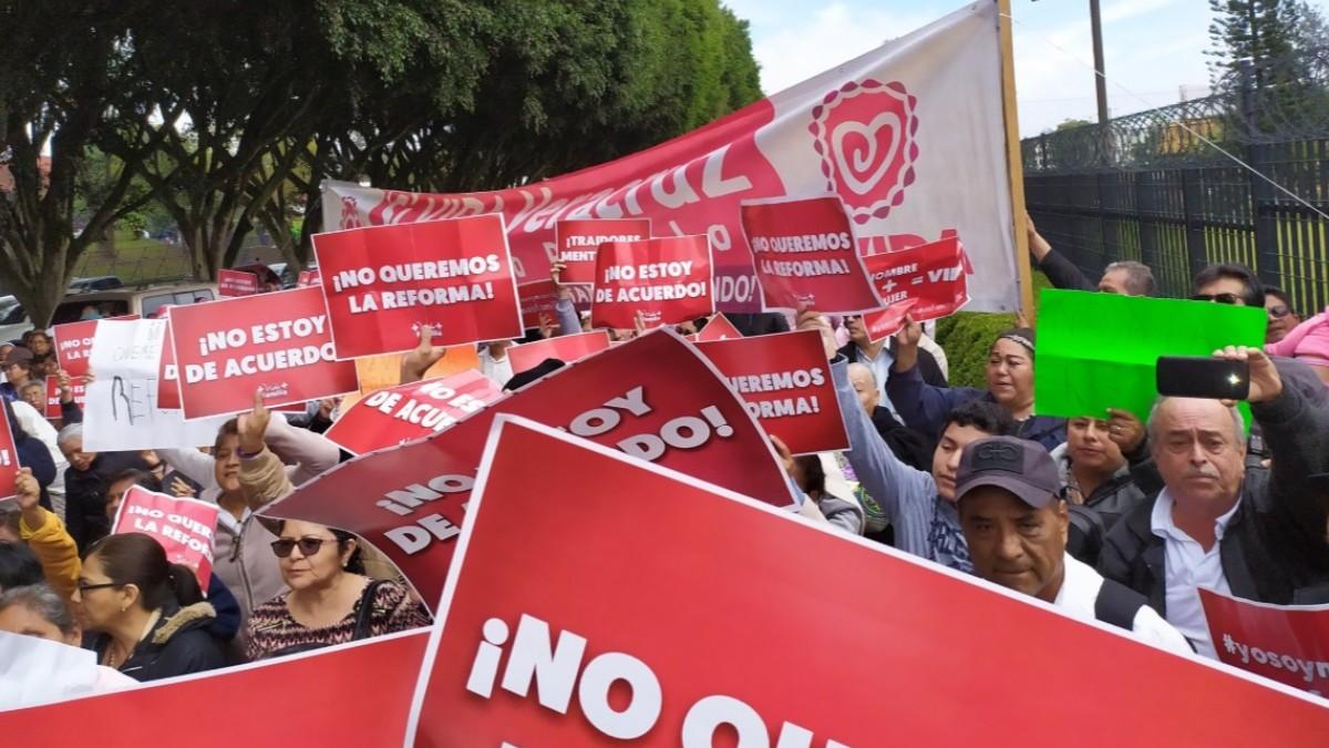 Foto: Grupos católicos protestaron afuera del Congreso de Veracruz.
