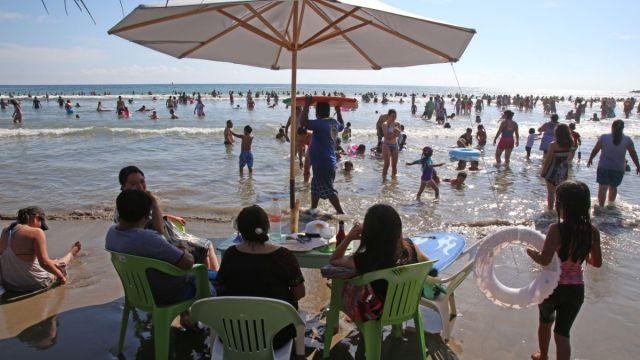 Foto: Familias vacacionan en una playa de Acapulco, Guerrero. Cuartoscuro