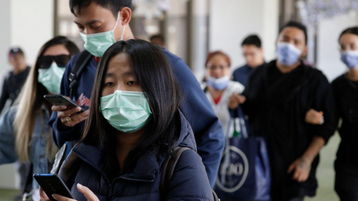 Foto: Turistas usan cubreboca en aeropuerto de Filipinas. AP