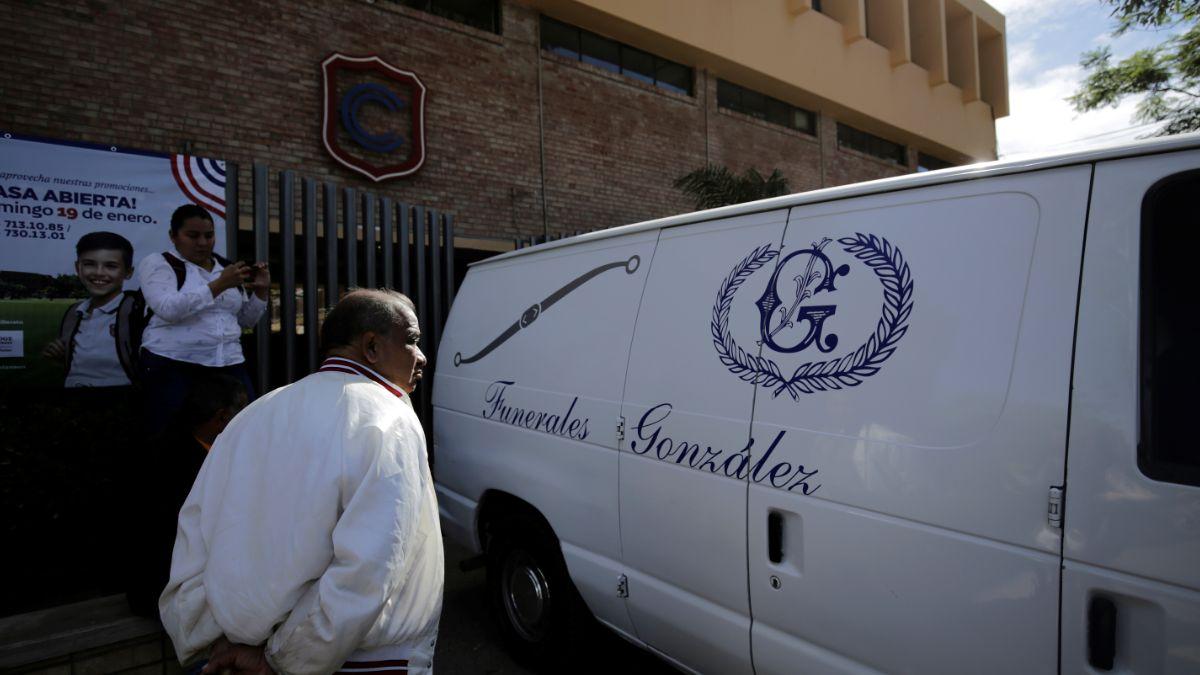 Foto: Una funeraria llega al colegio Cervantes en Torreón, Coahuila. Reuters