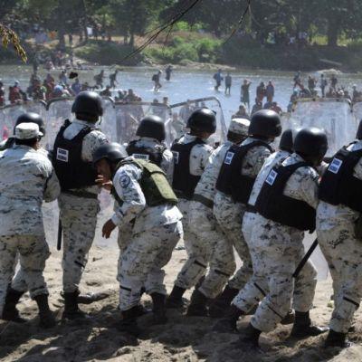Migrantes chocan con agentes tras cruzar frontera sur