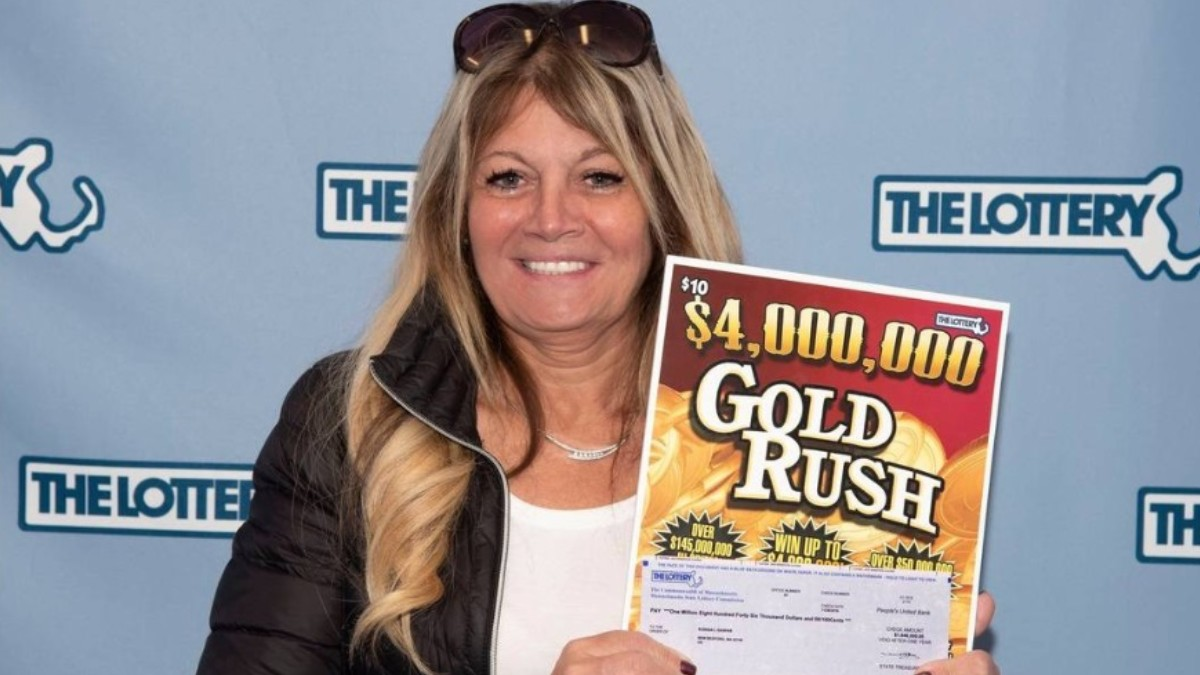 Foto: Susana Gaspar cobró el premio de lotería. Facebook/MAStateLottery