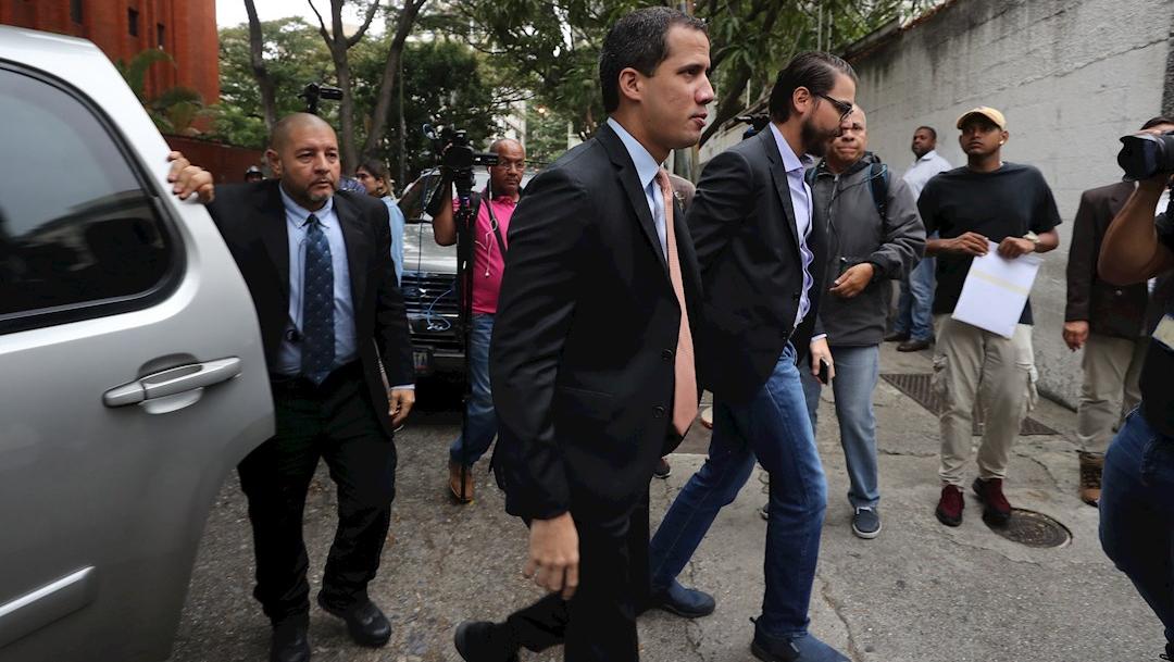 Foto: El líder opositor Juan Guaidó (c) llega a la sede del partido Acción Democrática, donde pretende marchar con diputados, 15 enero 2020
