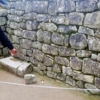 Foto: Un policía señala la piedra extraída por los turistas, 22 enero 2020