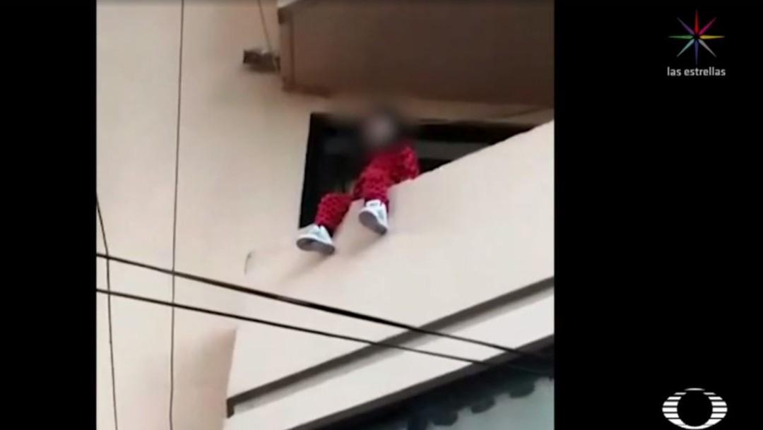 Madre de niña rescatada en balcón CDMX siempre la deja sola