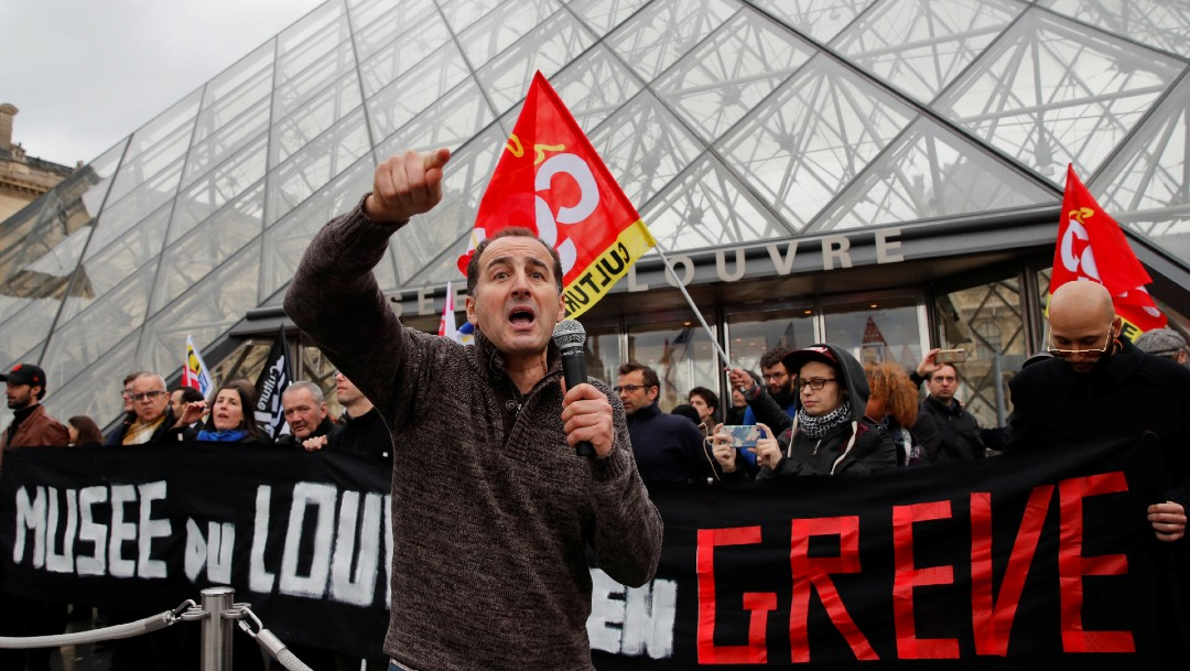 Manifestantes impiden apertura del Museo del Louvre en París