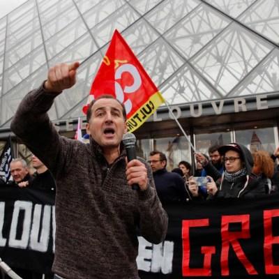 Manifestantes impiden la apertura del Museo del Louvre en París