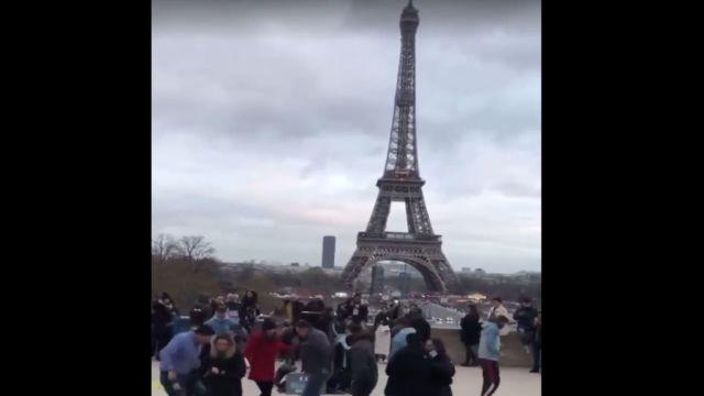 Foto Video: Mexicanos bailan 'La Chona' en la Torre Eiffel 6 enero 2020
