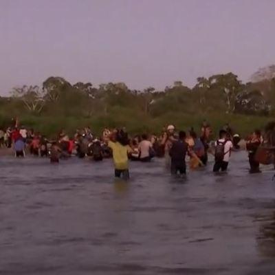 Caravana migrante cruza el río Suchiate y marcha por Chiapas