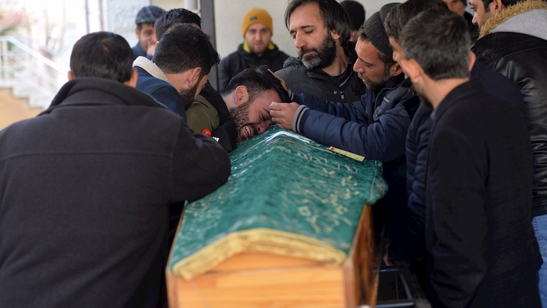 FOTO: Un grupo de personas llora durante la ceremonia fúnebre para las víctimas del terremoto que afectó a Elazig, Turquía, 26 enero 2020