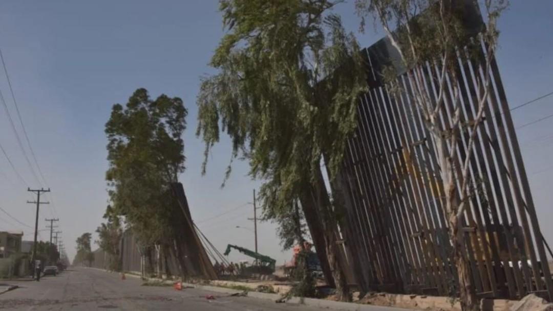 Imagen: La familia esperaba del lado mexicano y cruzaron por el espacio libre que quedó cuando trabajadores retiraron la construcción