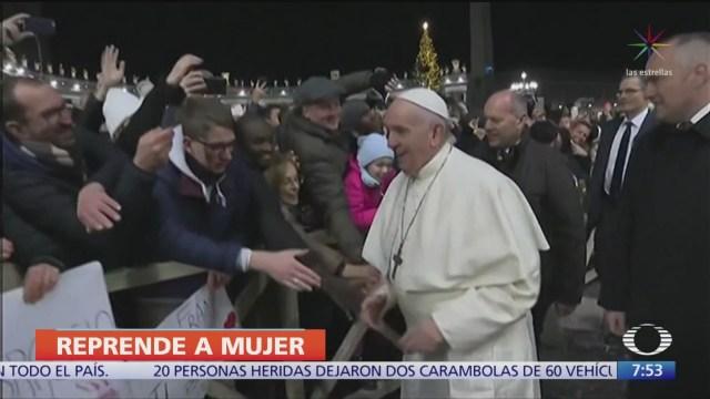 papa francisco reprende a mujer que lo agarro bruscamente