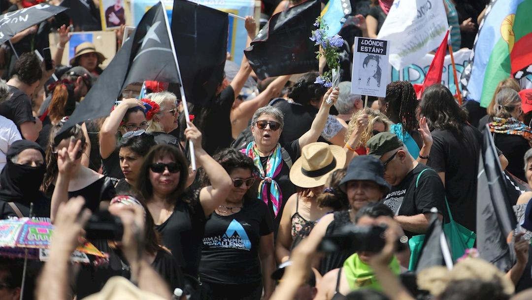 Foto: Personas marcharon en silencio y vestidos de negro por el centro de Santiago de Chile, 18 enero 2020