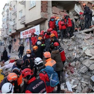 Imagen: Mujer fue salvada tras pasar más de 17 horas bajo los escombros en Turquía, 25 de enero de 2020 (EFE)