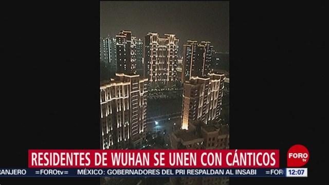 residentes de wuhan se unen con canticos