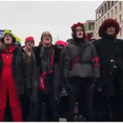 Corean 'Un violador en tu camino' en Marcha de Mujeres contra Trump