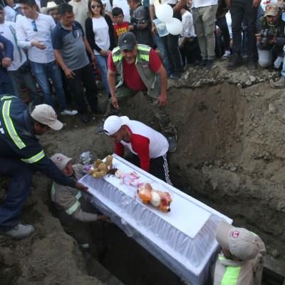 Con mariachis, globos y peluches, entierran a Fátima en panteón de Tulyehualco