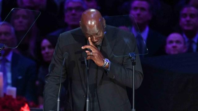 Michael Jordan rompe en llanto en homenaje a Kobe Bryant